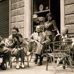 Madd Nelson debout derrière sa mère et son père, le peintre Ugo Giannattasio. Rome, 1947
