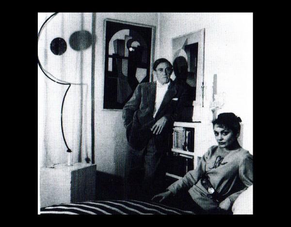 Paul et Madd Nelson dans leur appartement. Sculpture de Calder et toile d'U. Giannattasio à gauche. On devine une statuete de Giaccometti entre eux. Paris, années 1950